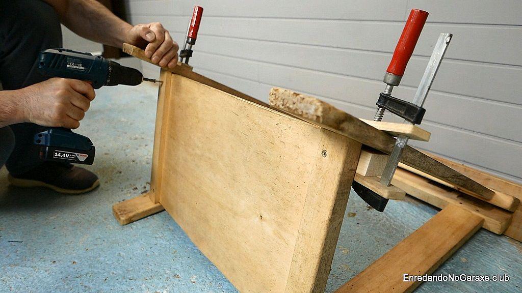 Meter tornillos para madera desde la parte inferior del caballete