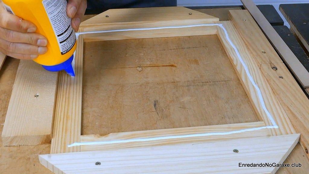 Aplicar cola en los refuerzos de madera