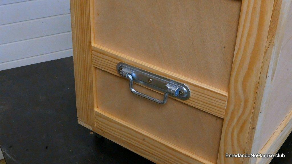Asa metálica para el baúl de madera
