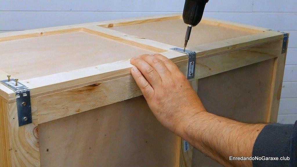 Atornillar las bisagras de la tapa del baúl de madera