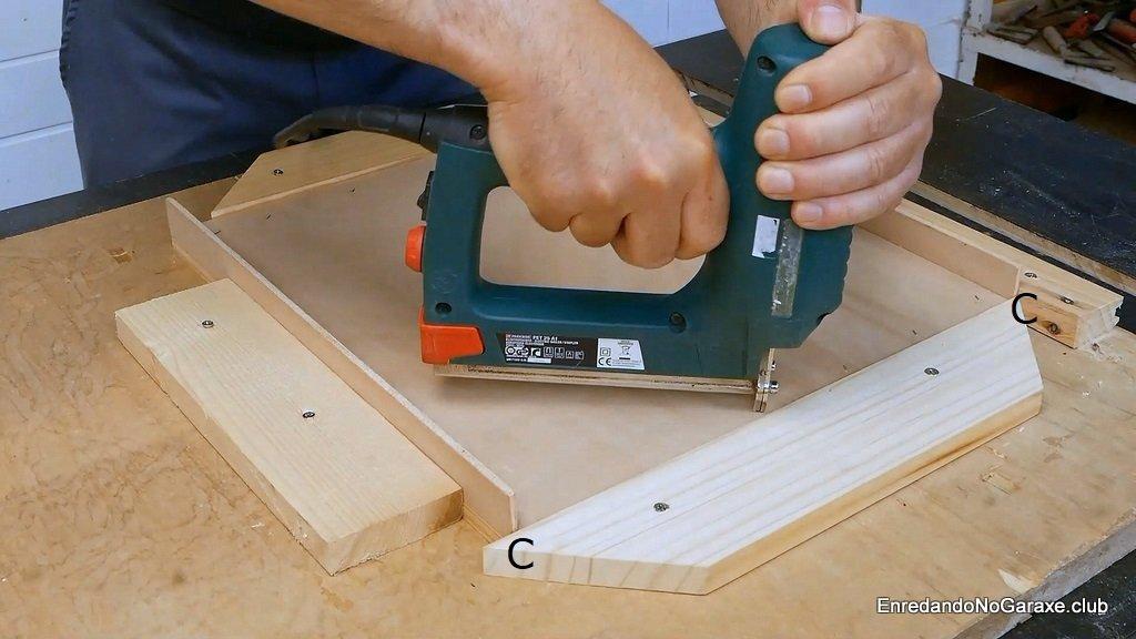 Centrar y clavar los laterales cortos del baúl