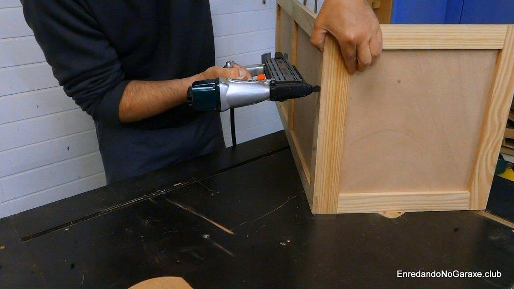 Juntar las piezas verticales y clavar con clavadora neumática