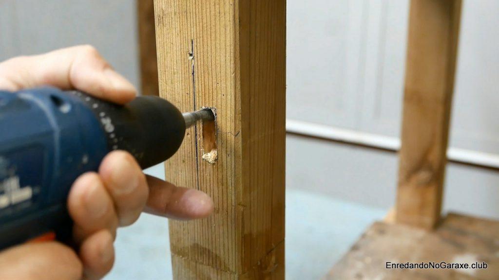 Agujerear la pata del banco de carpintero para instalar el tornillo