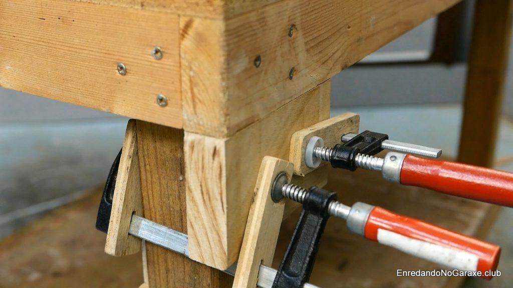 Ampliar la mordaza de madera en el lado del banco de carpintero