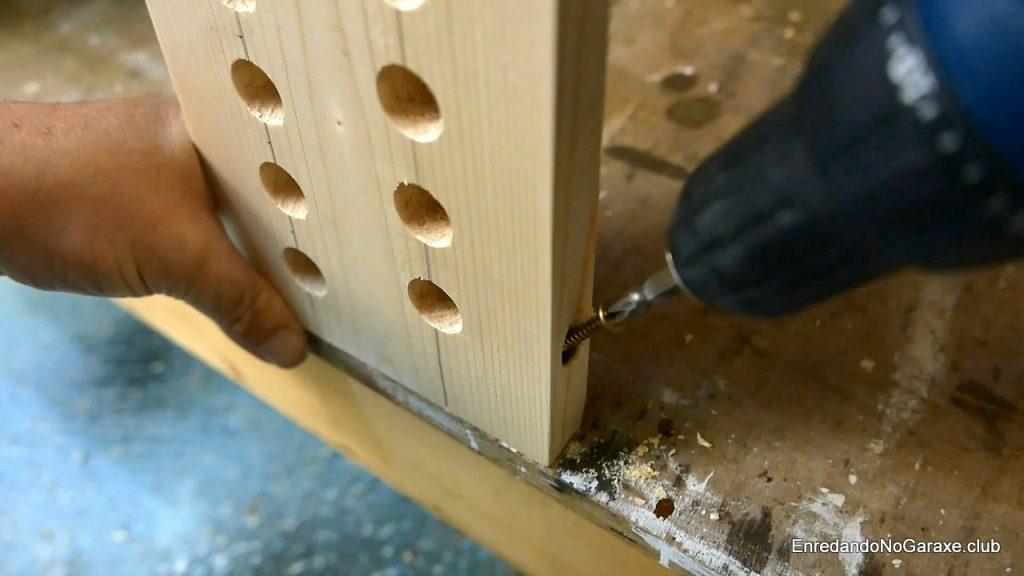 Atornillar la tabla con agujeros