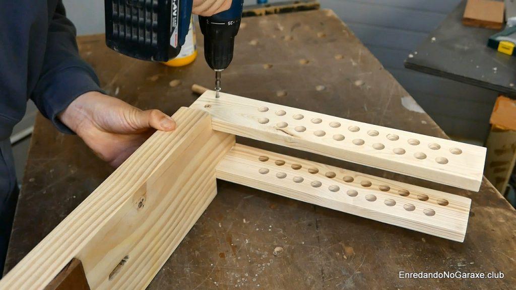 Atornillar las guías ajustables en la base de la mordaza de madera