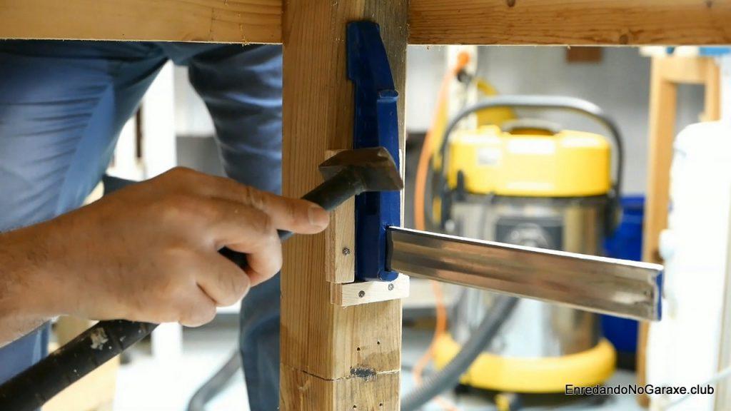 Cómo instalar la mordaza fija detrás de la pata del banco de carpintero