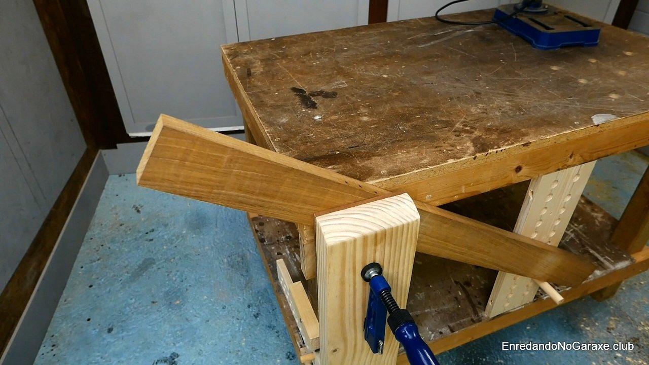 Cómo sujetar una tabla inclinada en el tornillo de apriete
