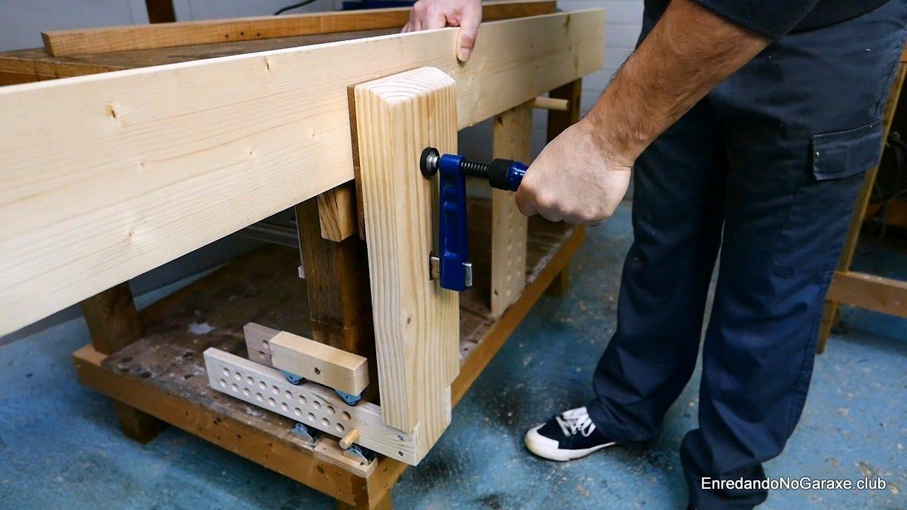 Cómo sujetar una tabla larga en el tornillo frontal de carpintero