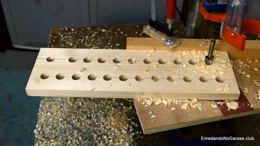 Taladrar los agujeros en el taladro de columna