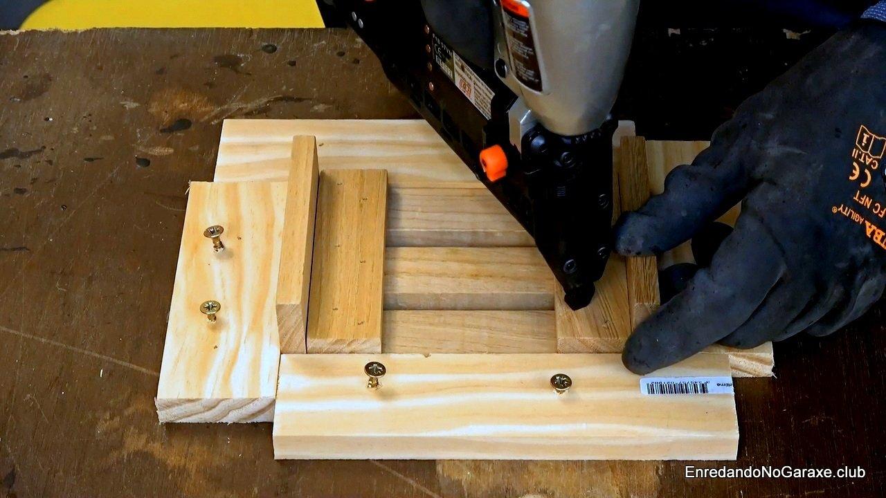 Utilizar pistola de clavos para unir los listones de madera
