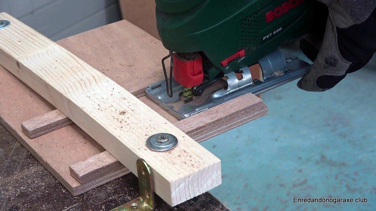 guía vertical inferior para sierra caladora. cortar madera