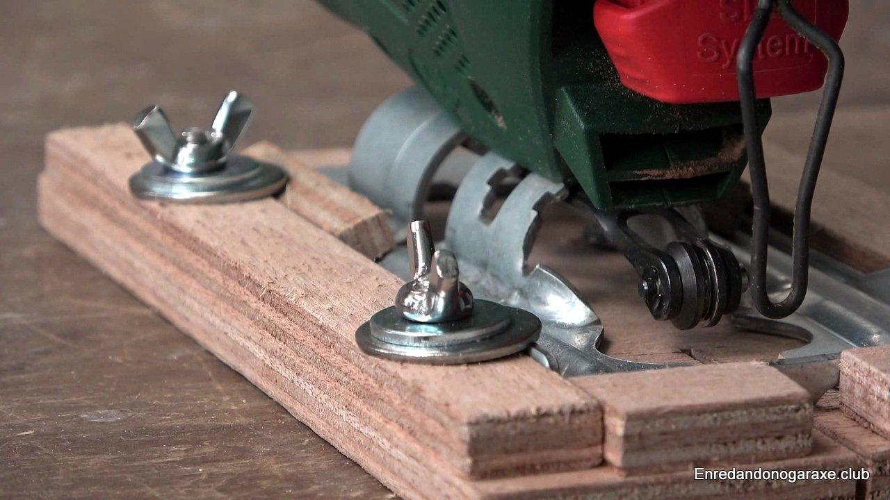 sujetar la sierra de calar con tornillos, arandelas y tuercas de palomilla