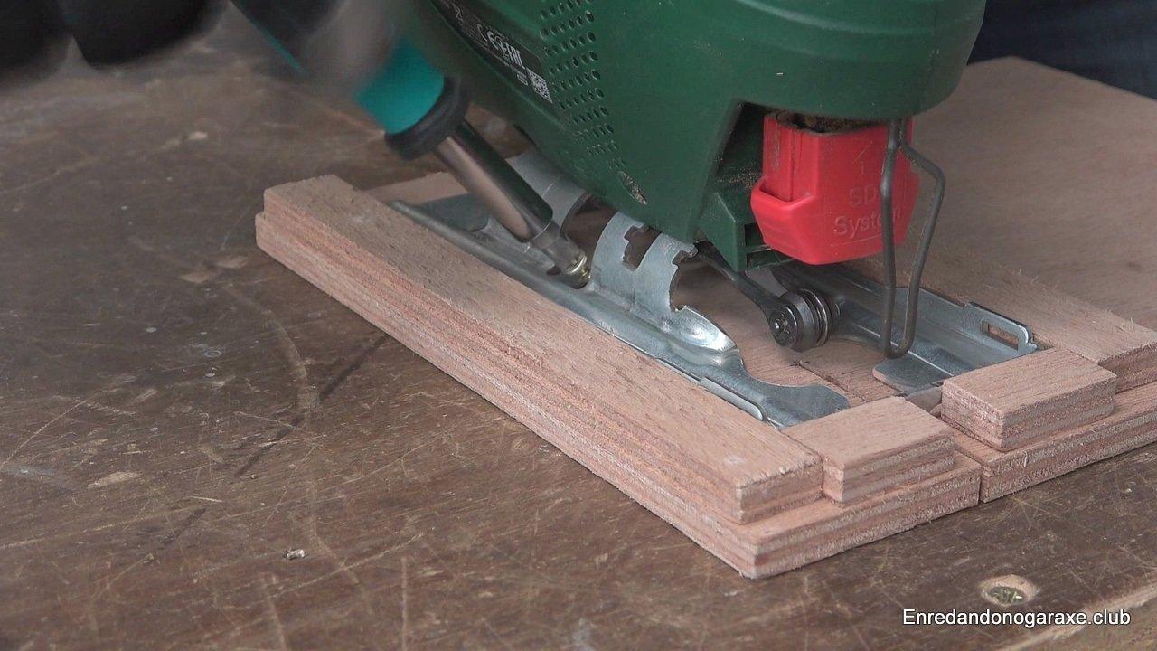 sujetar provisionalmente la sierra de calar a la base de madera