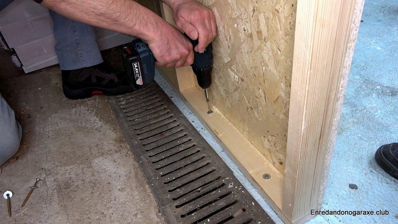 atornillar la estructura de listones al suelo del garaje