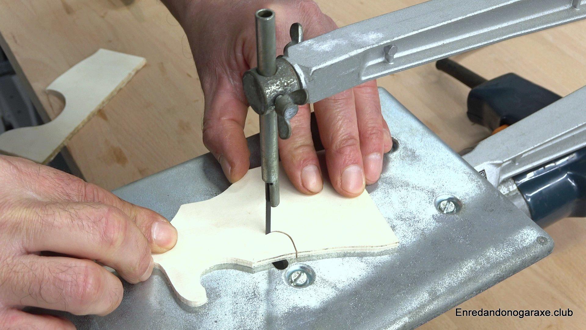 cortar chapa de madera con sierra eléctrica de marquetería