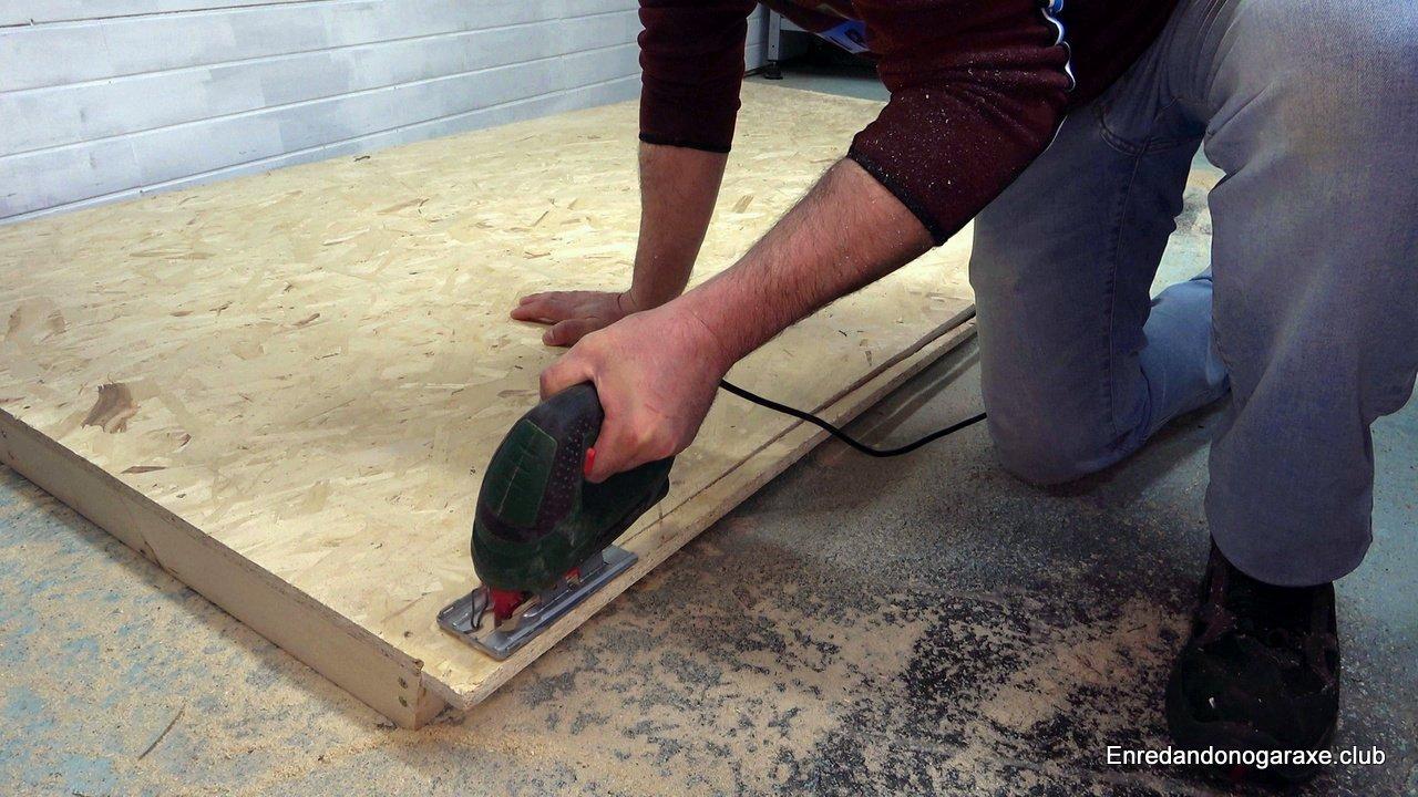cortar el tablero osb de virutas con la sierra de calar