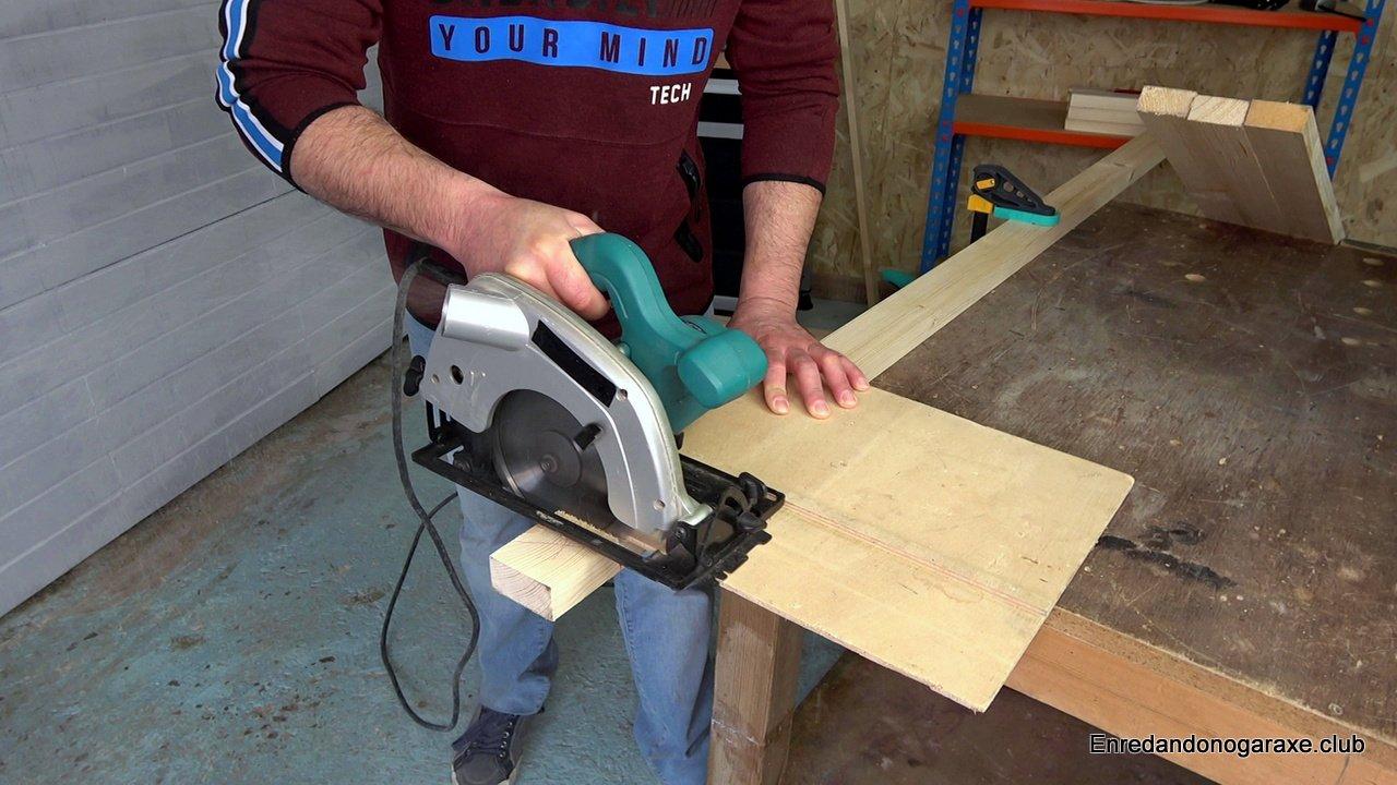 cortar listón estuctura de madera con la sierra de disco