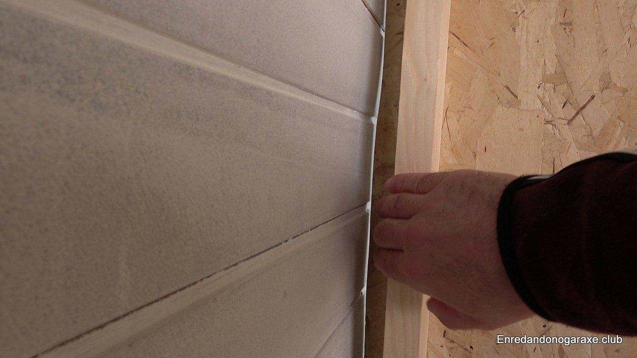 el listón vertical separado de la pared vieja