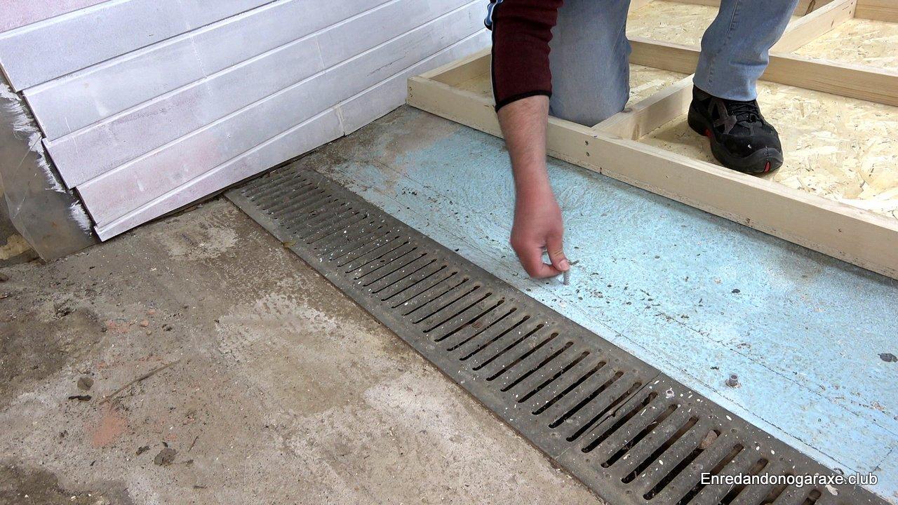 poner tacos de nailon en el suelo