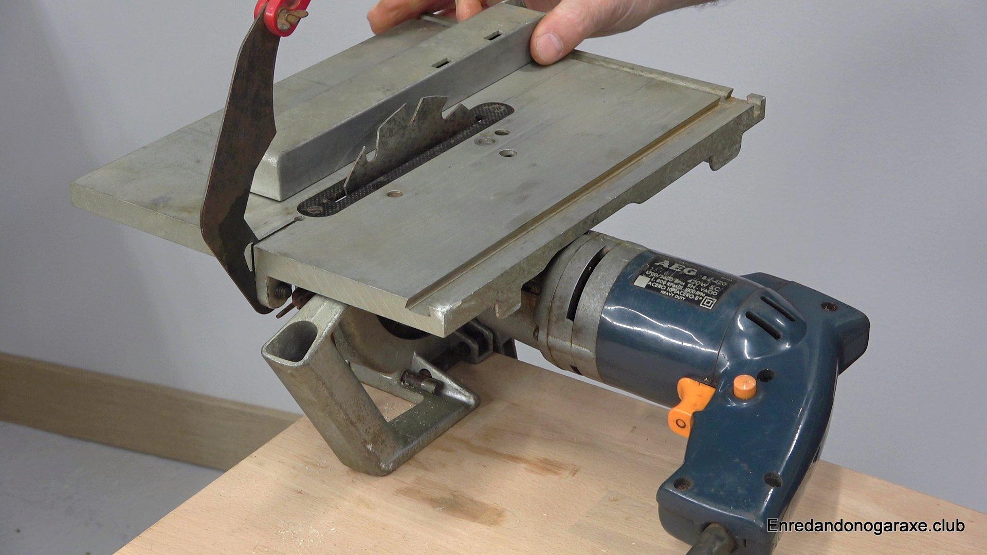 sierra de mesa accionada con un taladro