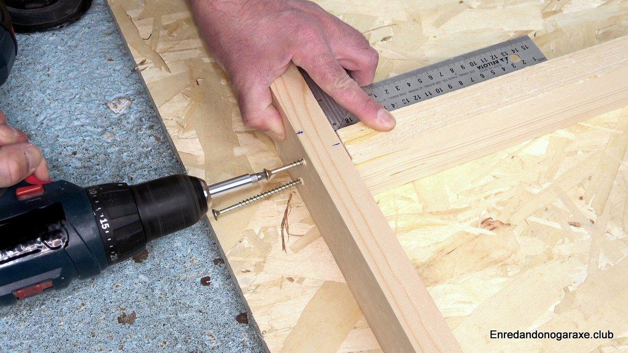 unir la estructura de listones con tornillos para madera