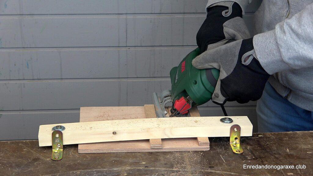 cortar la ranura en ángulo en la base de contrachapado