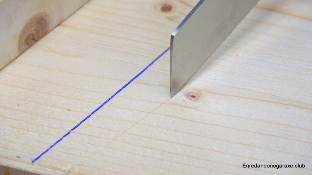cortar la superficie de la madera con el cuter