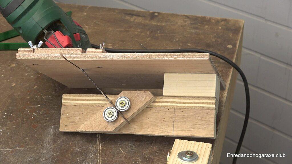 cortar madera a inglete vertical con la sierra de calar