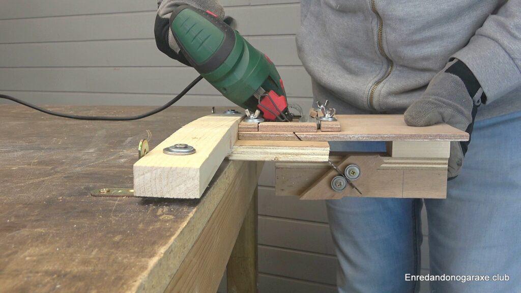 cortar madera con la caladora inclinada