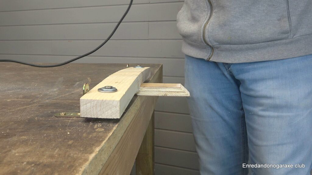 corte inclinado en madera con la sierra de calar