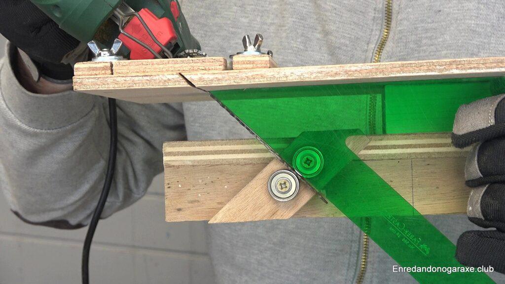 guía para cortar inglete vertical con la sierra de calar