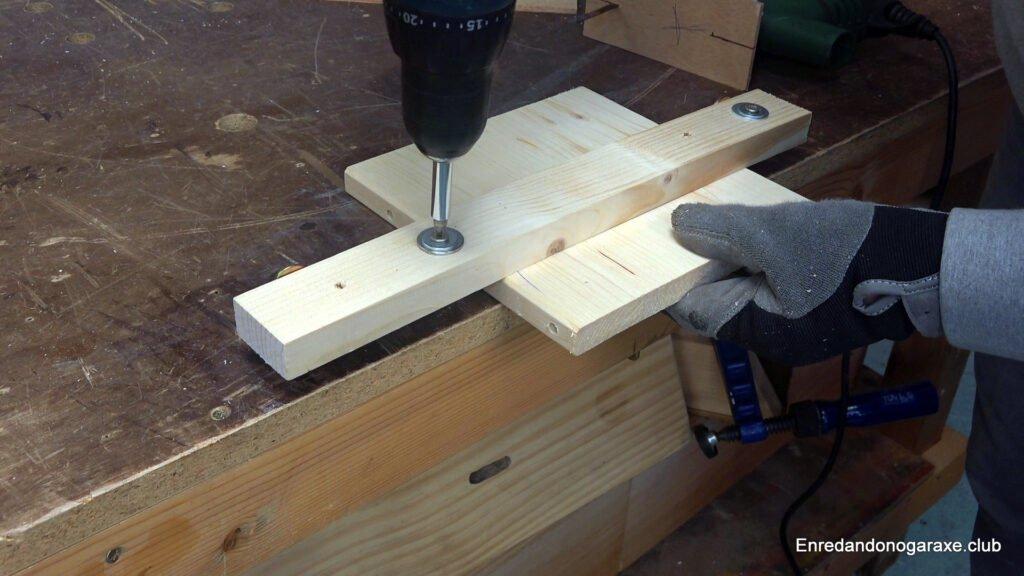 presionar la madera a cortar con la guía lateral para caladora
