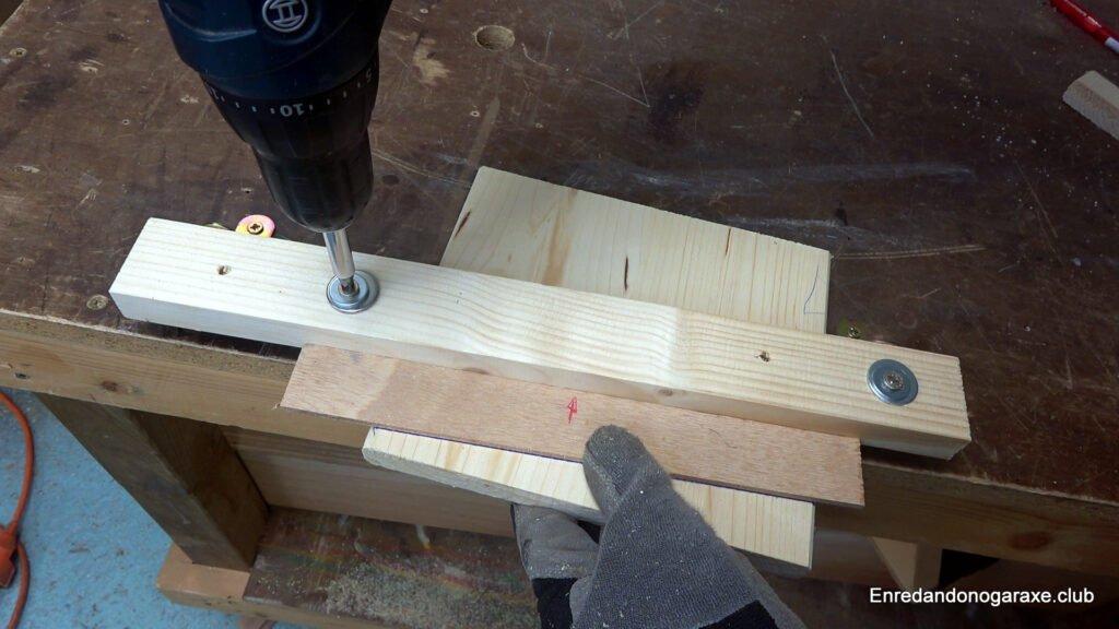 sujetar la madera a cortar con la guía lateral