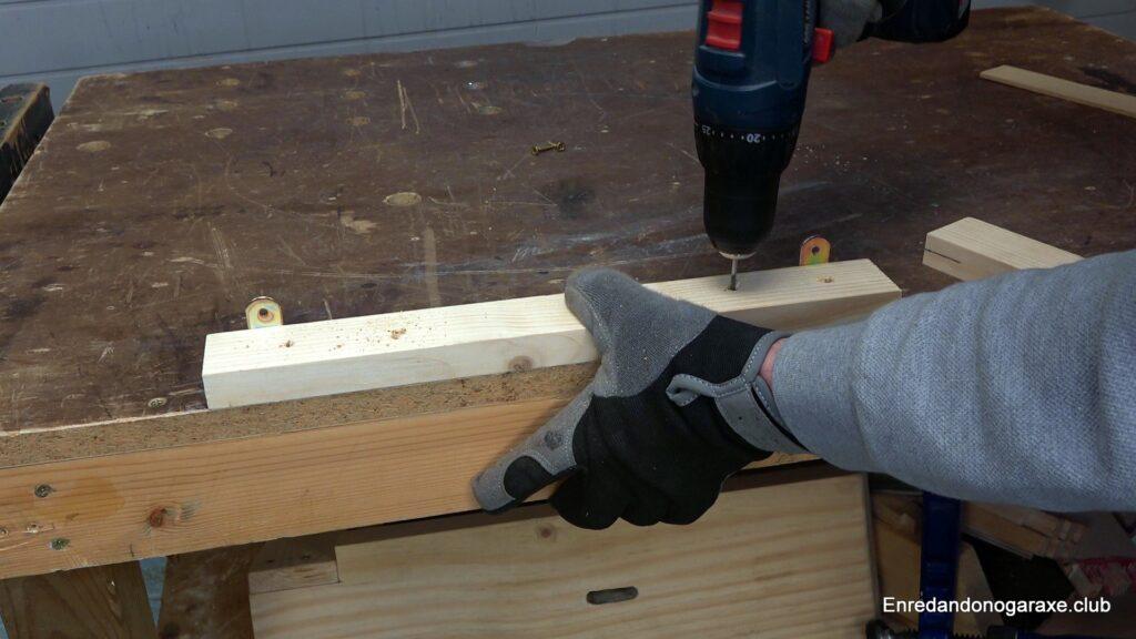 taladrar agujeros guía en la mesa de trabajo